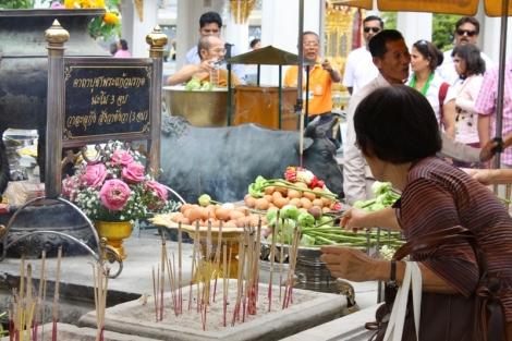 Tajowie składają wiele darów w buddyjskich świątyniach. Mogą się w nie zaopatrzeć bezpośrednio przed wejściem.