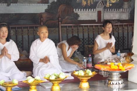 Poza ubranymi w szafranowe szaty mnichami można również spotkać modlące się kobiety