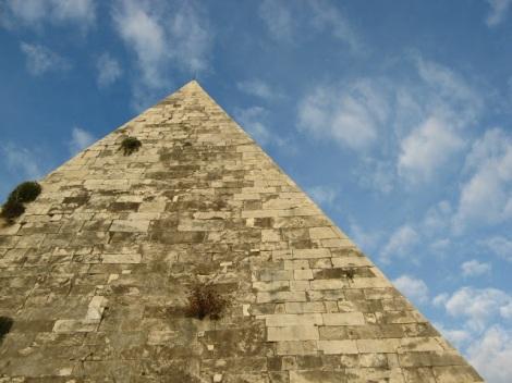 Znana z Aniołów i Demonów Dana Browna Piramida Cestiusza