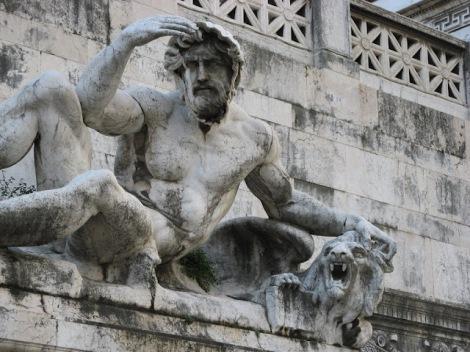 Rzeźba przed Ołtarzem Ojczyzny