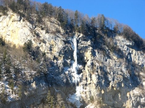 Zamarznięty wodospad wypatrzony z okien pociągu