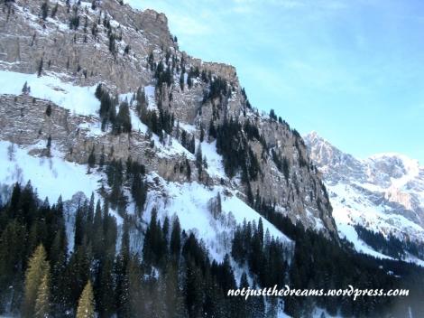 Takie widoki roztaczają się z kolejki na Trübsee. W niższych partiach gór widać jeszcze roślinność.