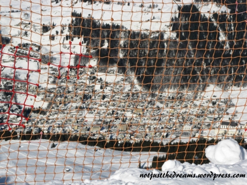 Miasto za kratkami. Takie siatki zabezpieczające są zainstalowane przy szczególnie niebezpiecznych odcinkach - na zakrętach, za którymi jest silne nachylenie i nie ma trasy freestyle. W dole widać Engelberg.