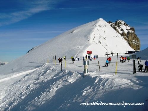 Widok na właściwy szczyt Tiltis (3239 m). Kolejka wjeżdża na tzw. Mały Tiltis (3028 m). Z tej perspektywy nie wygląda to na aż 201 m różnicy.