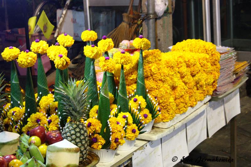 Takie kwiatki służą głównie do składania darów w świątyniach. W tle można jednak zobaczyć też urodzinowe chorągiewki.