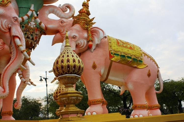 Nawet słonie są różowe. Te pilnują ronda w okolicach Wielkiego Pałacu.