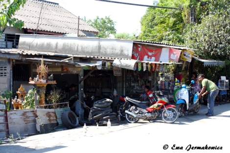 Sklepy w dzielnicy na północy Bangkoku przypominały to, co widziałyśmy w innych częściach kraju. Jednak to kontrast spowodował, że wyglądały jeszcze biedniej.
