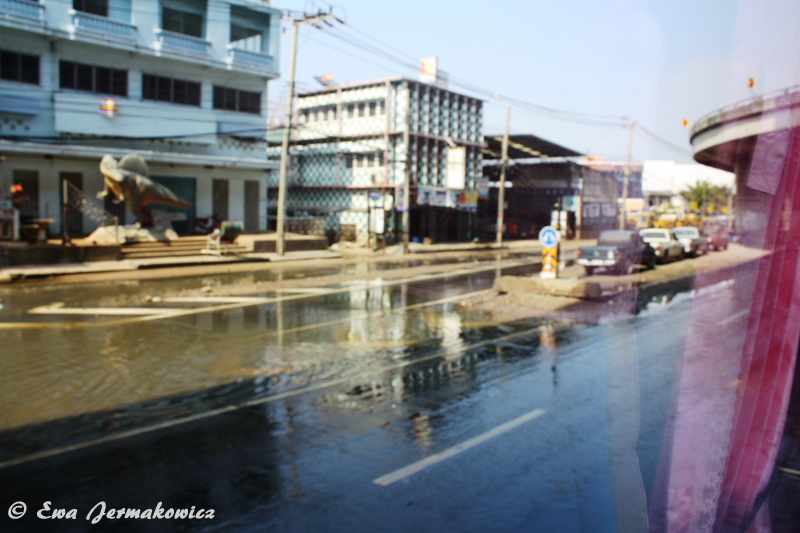 Gdy dotarłam do Bangkoku 7 grudnia 2011 powódź się już skończyła, ale niektóre części kraju nadal walczyły z jej pozostałościami. Nawet najbardziej dotknięta, północna, część stolicy nie została jeszcze uprzątnięta, a woda stała na głównych ulicach.