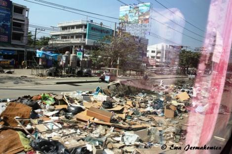 W 2011 Tajlandię dotknęła ogromna powódź. Wiele miejsc przez wiele tygodni było niedostępnych, nie jeździły pociągi i autobusy. A brakowało wody i żywności, artykułów higienicznych i wszystkiego tego, czego brakuje i u nas podczas klęski żywiołowej.