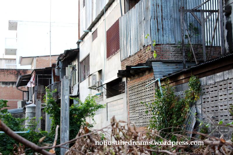 Lop Buri. Takie budynki mieszkalne, mimo że dla nas są ruderą, tam dla wielu są luksusem.