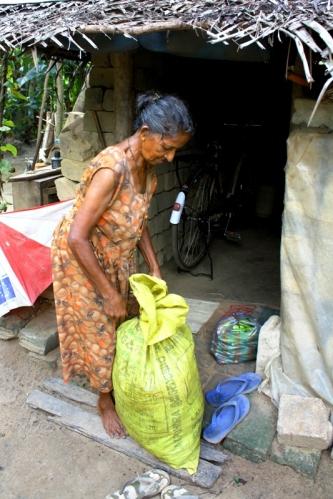 Przed drogą na targ Amma pakuje wszystkie warzywa do torby