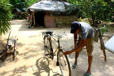 Nowy rower z dotacji i dom w tle