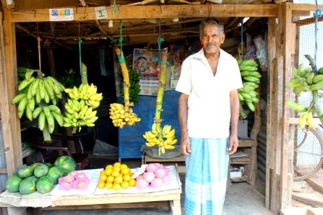 Na targu sprzedawane są nie tylko warzywa i owoce, ale rőwnież sprzęt gospodarstwa domowego, tekstylia, ryby i mięso