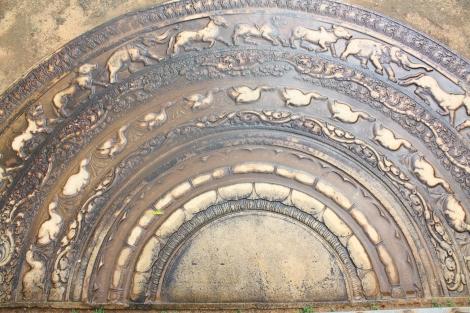 Moon stone. Obrazki przedstawiają przechodzenie do stanu nirwany. Zewnętrzne półkole to zwierzęta, czyli najdalsza od nirwany forma życia. Kolejny jest wielki bluszcz. Kolejne półkola pokazują postaci bliższe osiągnięcia nirwany, aż do samego środka, który to obrazuje ten stan.