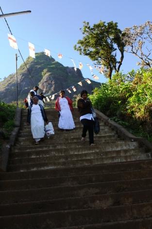 Takie schody prowadzą na szczyt widoczny w tle