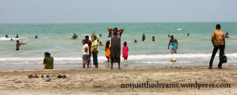 Tak szybko jak zobaczyliśmy wymarzony ocean naszym oczom ukazały się również ubraniowe realia tej plaży. Nie było mowy o kąpieli w kostiumie. I bez tego wzbudzaliśmy wystarczające zainteresowanie. Tak jak i jedyna biała kobieta poza nami.
