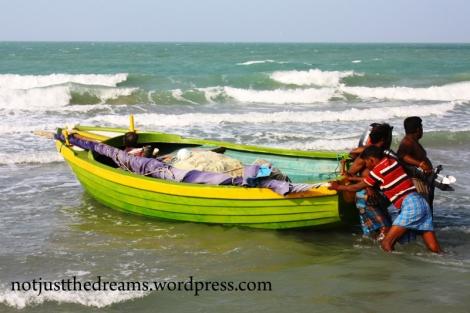 W wodzie i na łodziach było z kolei widać wyłącznie mężczyzn.
