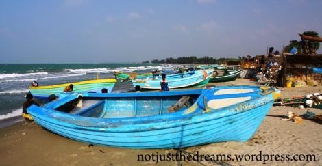 Wioska rybacka i kolorowe łodzie.