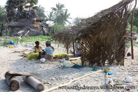 Kobiety rozplątują sieć rybacką.