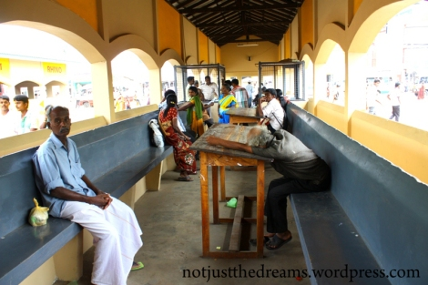 """Dworzec autobusowy w Jaffna. W widocznej po lewej stronie """"klatce"""" można od dyżurnych dowiedzieć się gdzie jest interesujący nas autobus i o której odjeżdża."""