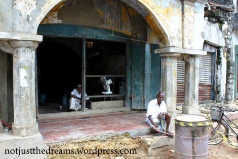W Jaffna efekty wojny widać na każdym kroku. Wszędzie widać też ludzi, którzy pracują nad odzyskaniem swoich domów i odbudową miasta.