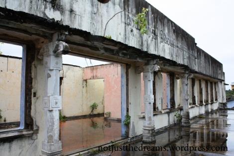 Taras na pierwszym piętrze dworca kolejowego w Jaffna. Przechodząc po licznych pomieszczeniach można było wyobrażać sobie jak dworzec wyglądał przed wojną.