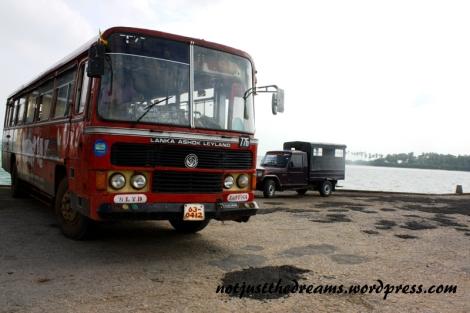 Autobus dojeżdżający do przystani. Coś Wam przypominają te łaty na drogach?