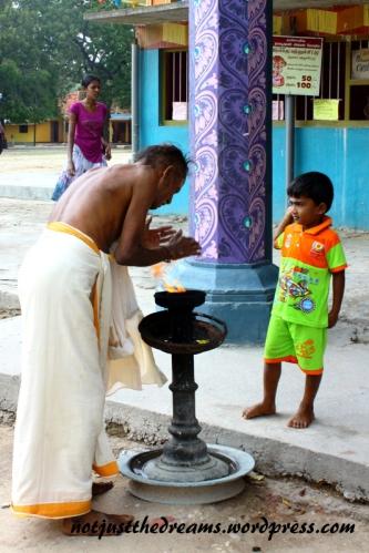 Mężczyzna oczyszcza się ogniem przed wejściem do świątyni.
