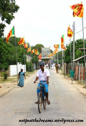 Na drodze pomiędzy świątyniami wszystko było już przyozdobione do wizyty prezydenta.