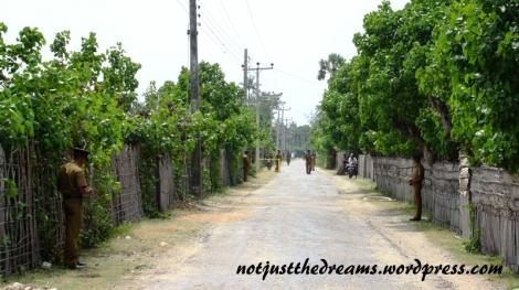 A trochę dalej, już za świątynią buddyjską, można trafić na lokalną drogę do pozostałej części wyspy. A tam żołnierze. Dużo żołnierzy.