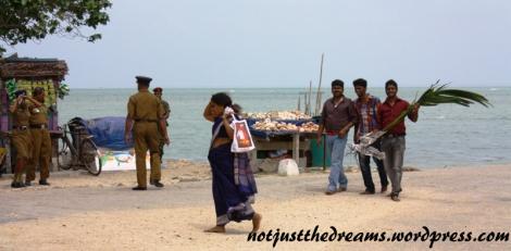 Do świątyni wierni, pod czujnym okiem wszechobecnych tam policjantów, niosą w darach wszystko, także palmy.
