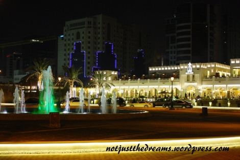 Restauracja w Corniche. Sam wygląd i stojące na parkingu samochody sprawiły, że nawet nie chciałam sprawdzać cen w środku.