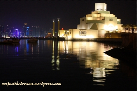 Muzeum Sztuki Islamskiej doskonale widać z promenady w dzielnicy Al Corniche.