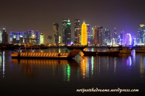 Widok na centrum Doha z drugiego brzegu zatoki.