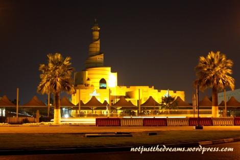 Spiralny Minaret meczetu Fanar, jedyny w swoim rodzaju, znajduje się naprzeciwko Souq Waqif. Doskonale widać go też z drogi do centrum Doha.