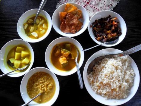 """W Elle mieliśmy najładniej podane, ale też najdroższe, Rice & Curry. Od lewej (na godzinie 19) do prawej: dhal curry (z grochu, jedyne serwowane czasem w wersji """"łagodnej""""), ziemniaczane, czosnkowe, papadam, warzywa na ostro; na środku: curry z dyni."""