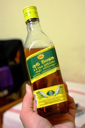 ...i do picia. Arak to najbardziej popularny alkohol na Sri Lance. Likier występuje w kilku postaciach. Na zdjęciu wersja mniej szlachetna. Najlepszy jest ponoć Old Arrack zrobiony w 100% z kokosa, bez dodatku spirytusu.