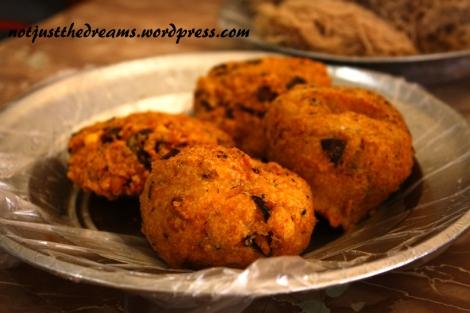 Smażone przekąski są najbardziej popularne na śniadanie, ale można je dostać o różnych porach dnia. Farszów jest sporo, wszystkie ostre, o specyficznym, typowym dla Sri Lanki, posmaku.