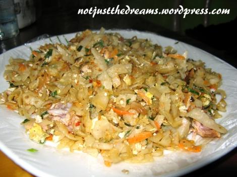 Inną popularną potrawą jest Kottu Rottii. Potrawa, jak na Sri Lankę przystało, jest ostra. Czerwone drobinki widoczne na zdjęciu to chilli. Warto zamawiać kottu rottii warzywne. To z kurczakiem zazwyczaj przygotowywane jest z całych kawałków kurczaka, w związku z czym musimy liczyć się z licznymi chrząstkami i kośćmi zgrzytającymi między zębami.