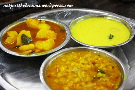 Trzy rodzaje curry: dhal curry z grochem, curry z ziemniakami i coconut sambola, czyli curry z mleczkiem kokosowym - występuje w wersji mniej lub bardziej ostrej.