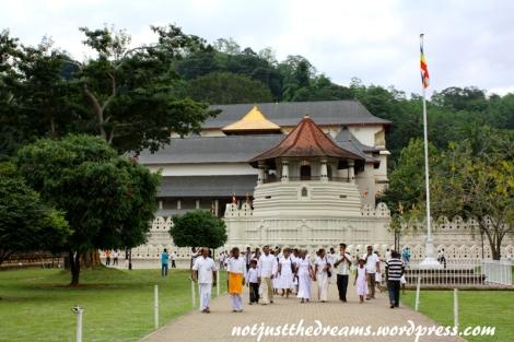 Z daleka też nieźle się prezentuje, zwłaszcza w porównaniu z innymi cejlońskimi świątyniami.