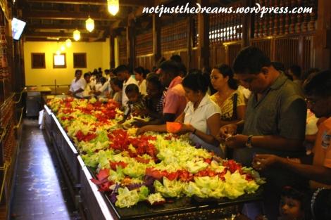 W świątyni. Jeszcze przed Pują można normalnie przejść i spokojnie oglądnąć wnętrze. Wierni składają kwiaty na przeciwko pomieszczenia, gdzie trzymana jest relikwia zęba Buddy.