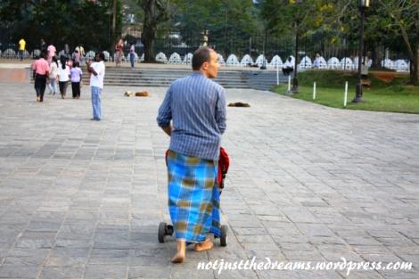 Ten pan to raczej nie szkot w kilcie. Na teren świątyni nie można wchodzić w krótkich spodenkach. Problem można rozwiązać wypożyczając (lub kupując) sarong. Czyż jednak nie wygląda to ciekawie?