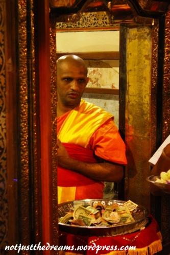 """A to zdjęcie według mnie mówi samo za siebie. Mnich stoi właśnie w tych drzwiach do pomieszczenia z zębem. Czy tylko ja mam wrażenie, że jego twarz mówi """"Kaaaasssssaaaaa""""?"""