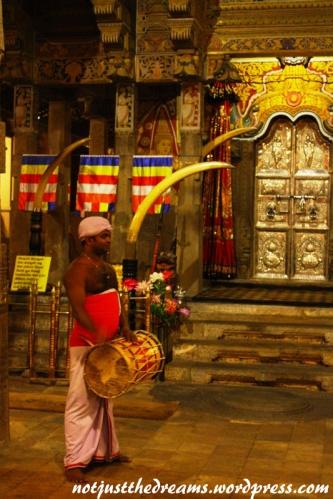 Podczas Puja mężczyźni grają na bębnach i innych instrumentach.