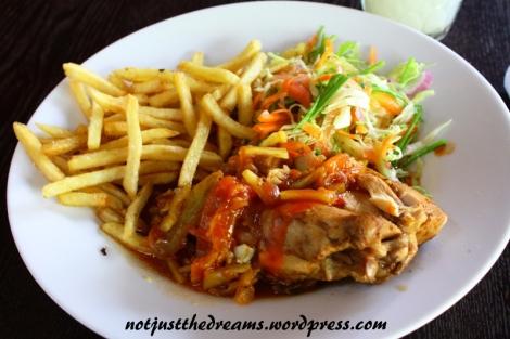 Najlepsze jedzenie jakie jadłam na Sri Lance. Kurczak w Elle. Miał swoją cenę (Rs 500), ale też smak. Gdyby każde danie tak smakowało...
