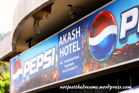 Hotel, czyli przydrożny bar czy knajpka. To w hotelach można najtaniej zjeść lokalne jedzenie. Na zdjęciu Akash Hotel, najlepszy hotel w Haputale.