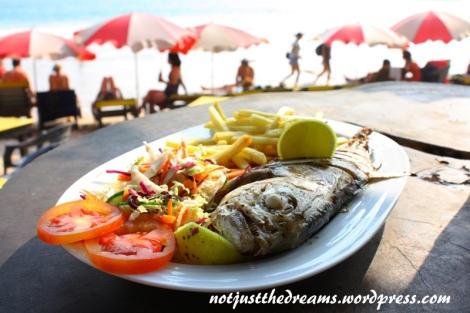 Ryby wystawiane są na plażę po 18 (ale tylko do 22:00), można wybrać, zważyć i zjeść prosto z grilla. My rybę kupiłyśmy troszkę wcześniej, wybierając ją prosto z pojemnika z lodem i negocjując cenę.