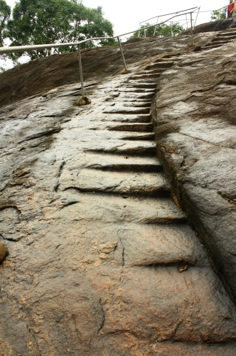 O. Takie oto schodki zapewniały podparcie stóp na mokrym skalnym podejściu.