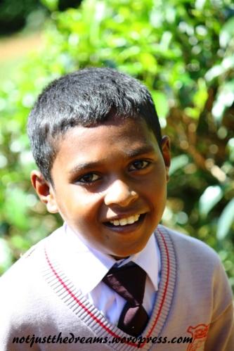Jeszcze jeden porter z plantacji. Na Sri Lance wszystkie dzieci do szkoły chodzą w mundurkach.